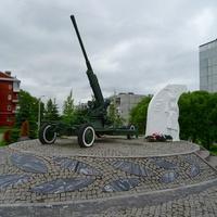 """памятный знак """"Регулировщица"""" и зенитное орудие."""