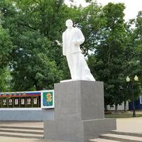 Памятник Ленину у входа в парк Горького