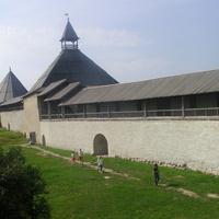 Климентовская и Воротная (на переднем плане) башни Староладожской крепости