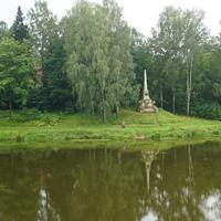 Река Славянка.Памятный знак в честь образования города.