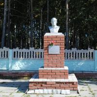 Памятник земляку Герою.