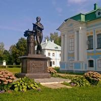 с. Хмелита, на территории усадьбы Грибоедова