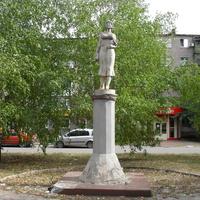 Памятник женщине-матери. б. Космонавтов