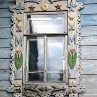 Окно заброшенного дома в деревне Москва Верхошижемского района