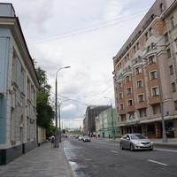 Большая Полянка улица. Слева дом Иверской общины сестёр милосердия, справа гостиница Park Inn by Radisson