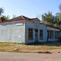 Зброшенный магазин на привокзальной площади.