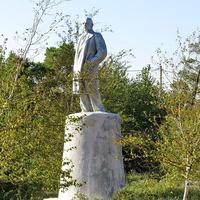 Памятник Ленину в сквере.