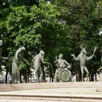 Сюрреалистическая скульптурная композиция Дети – жертвы пороков взрослых