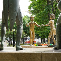 Сюрреалистическая скульптурная композиция