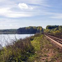 Дорога по дамбе у пруда около деревни Моряны куменского района