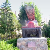 Пам'ятник пожежним автосходам ЗІЛ-157К був встановлений в 1997 році.