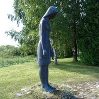 Памятник «Скорбящая женщина» на братской могиле в Муствеэ