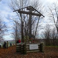 Памятный крест на Вороньей горе. В память о защитниках Дудергофских высот.