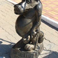 "Скульптура волка у караоке-клуба ""Запой""."