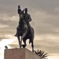 Памятник первому президенту Туниса Хабибу Бургабе
