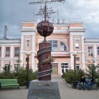 Скульптура на территории вокзала