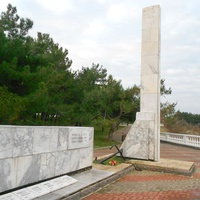 """Памятник погибшим на рыболовецком сейнере """"Топорок"""" 6 февраля 1966 года"""