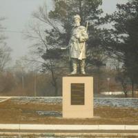 """Статуя """"Партизан и партизанский командир"""""""