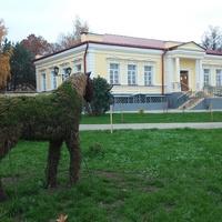 Топиарные фигуры возле Музея И.С. Тургенева