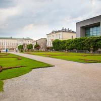 Парк Мирабель (Mirabellgarten). Справа - Художественная галерея и Моцартеум