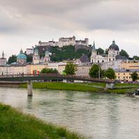 Вид на старый город с правого берега реки Зальцах