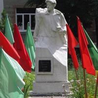 Памятник пионеру-герою Марату Козлову