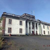 Почти заброшенное здание бывшей школы.