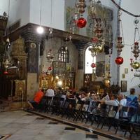 Справа армянская часть храма. Очередь в пещеру Рождества Христова