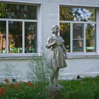 Статуя пионера у входа в школу