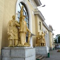 Статуи перед в ходом в вокзал