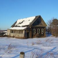 Заброшенный дом нежилой деревни Рябково