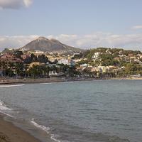 Пляж и вид на город