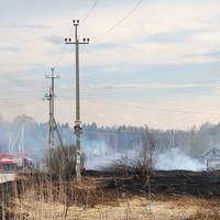 Пожарная машина у заброшенного скотного домика