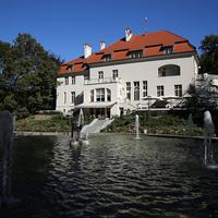 Фонтан и жилой дом Ольштына