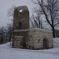 В Орловском парке...башня руина...