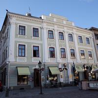 Здание на улице города