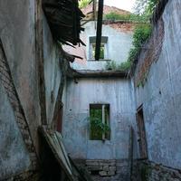 Постройка позденего времени соединяющая два флигеля, слиды лестницы
