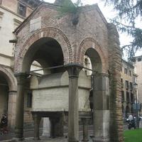 Старинный саркофаг