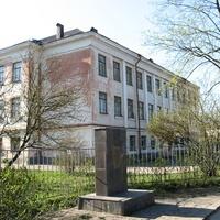 В Завеличье – старая школа с памятником Великой Отечественной