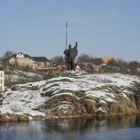 Остров Зеленый с памятником Росич