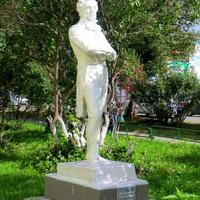Памятник Пушкину у школы