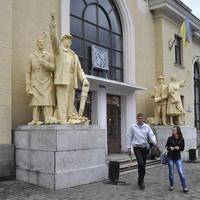 Скульптуры у вокзала