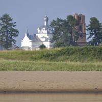 Вид с реки на Никольскую церковь