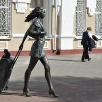 Скульптура у здание вокзала