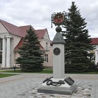 Скульптура рядом со зданием Райисполкома