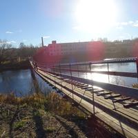 Подвесной деревянный мост через реку Мсту