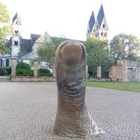 Памятник пальцу