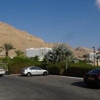 Стоянка отеля и горы возле Мертвого моря