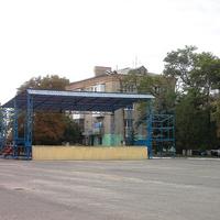Сцена для выступлений возле Дома культуры