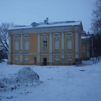Строение на территории Савинской церкви.